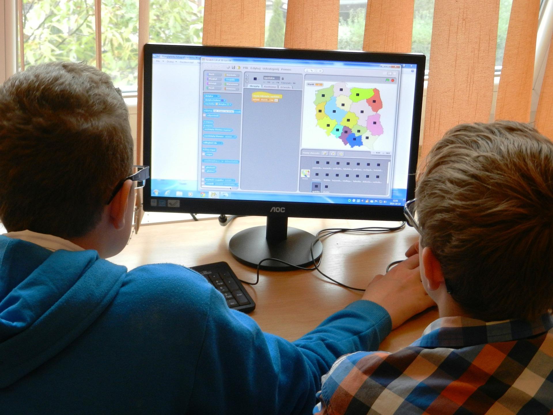 子供たちが楽しくプログラミングを学んでいる画像